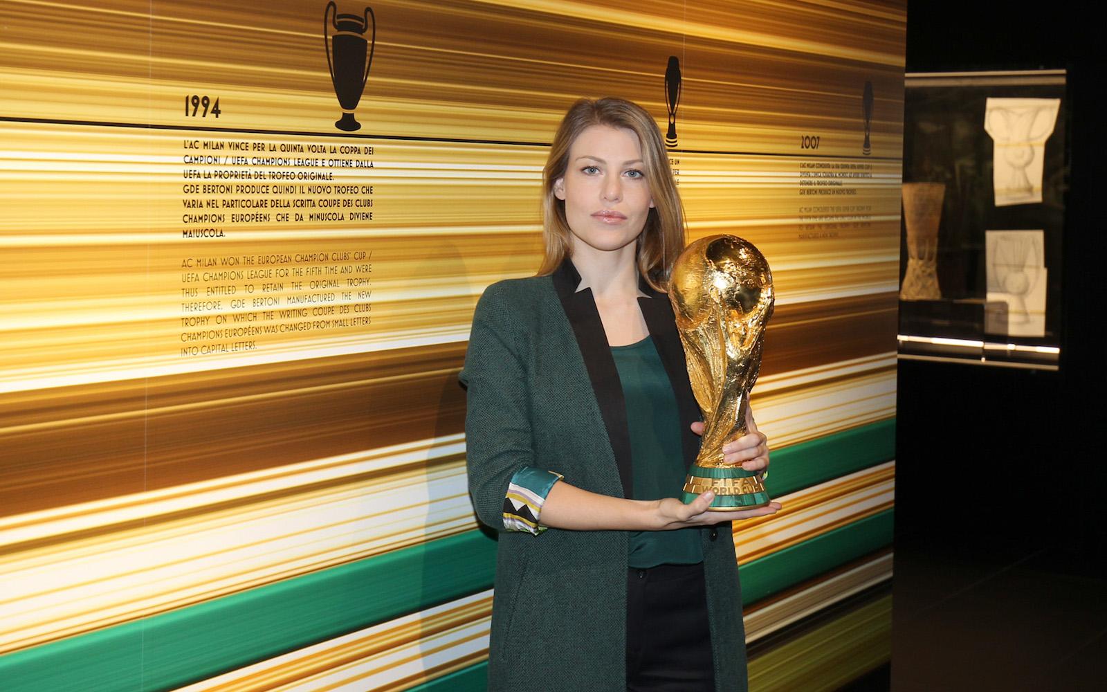 Barbara Berlusconi al Museo Mondo Milan con la Coppa del Mondo. Fonte foto: A.C. Milan
