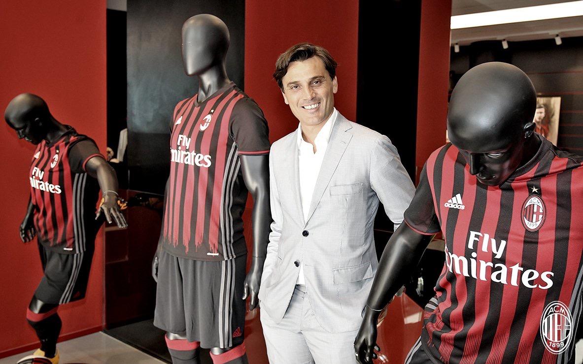 Vincenzo Montella in posa al Milan Store. Fonte foto: A.C. Milan