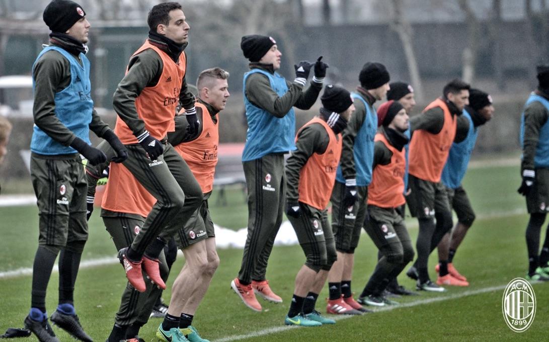 Milanello: un momento dell'allenamento dei rossoneri sotto la neve. Fonte foto: A.C. Milan
