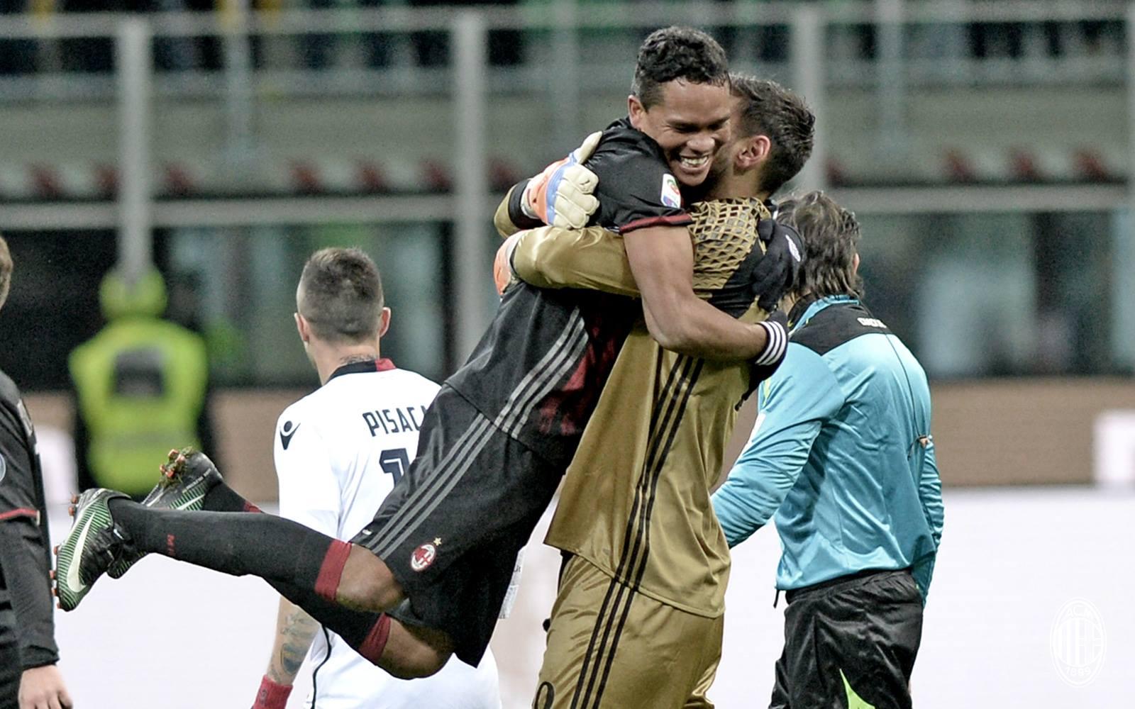 Il Milan batte il Cagliari 1-0. L'abbraccio di Carlos Bacca a Gigio Donnarumma. Fonte foto: A.C. Milan