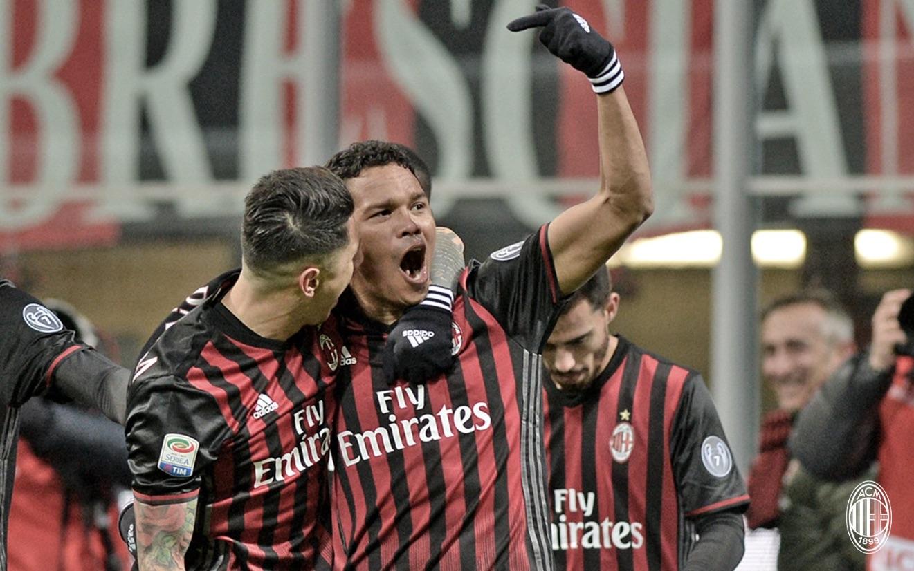 Gianluca Lapadula e Carlos Bacca festeggiano il gol che ha piegato il Cagliari a San Siro. Fonte foto: A.C: Milan