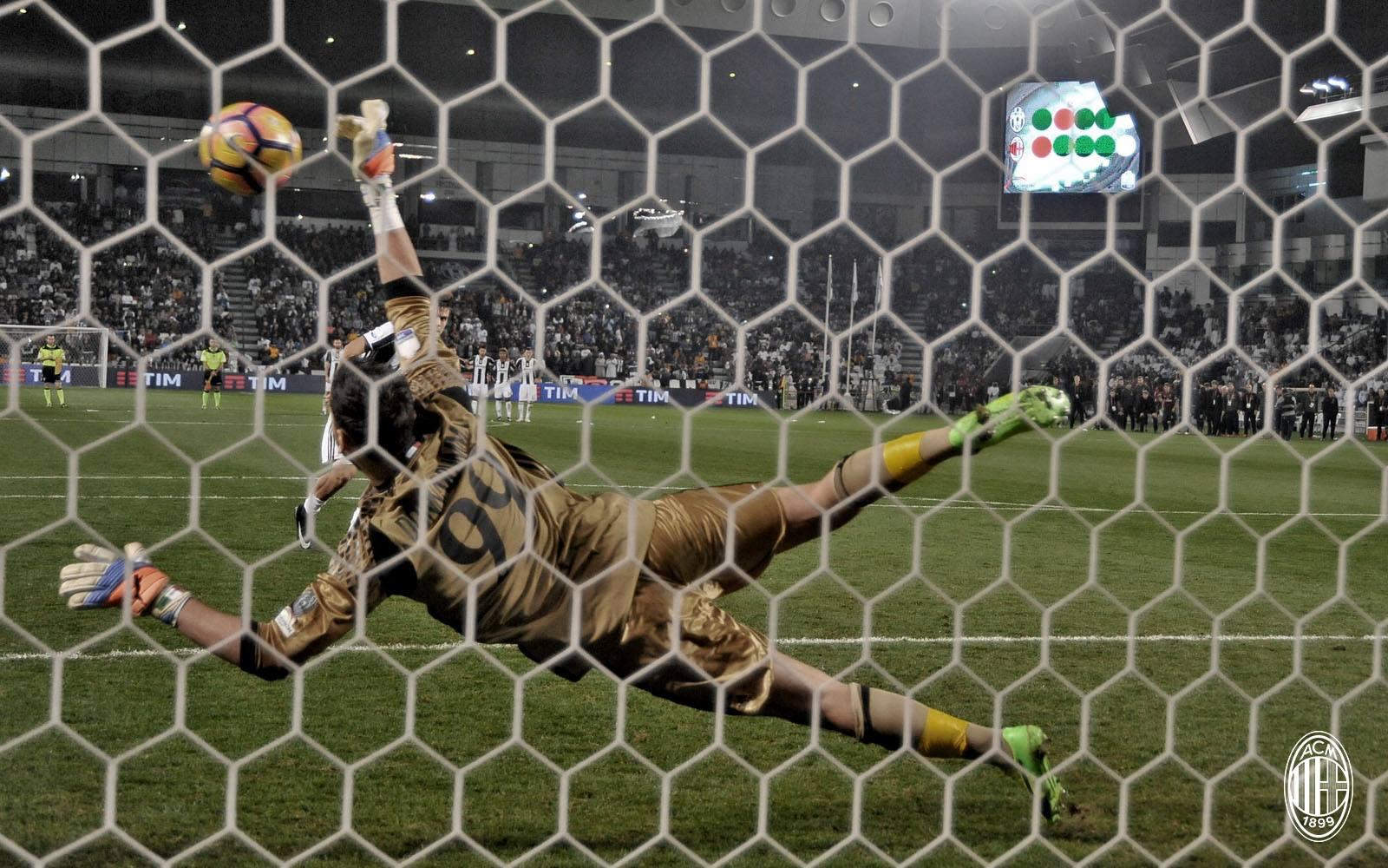 Donnarumma blocca Dybala dal dischetto. Fonte foto: A.C. Milan