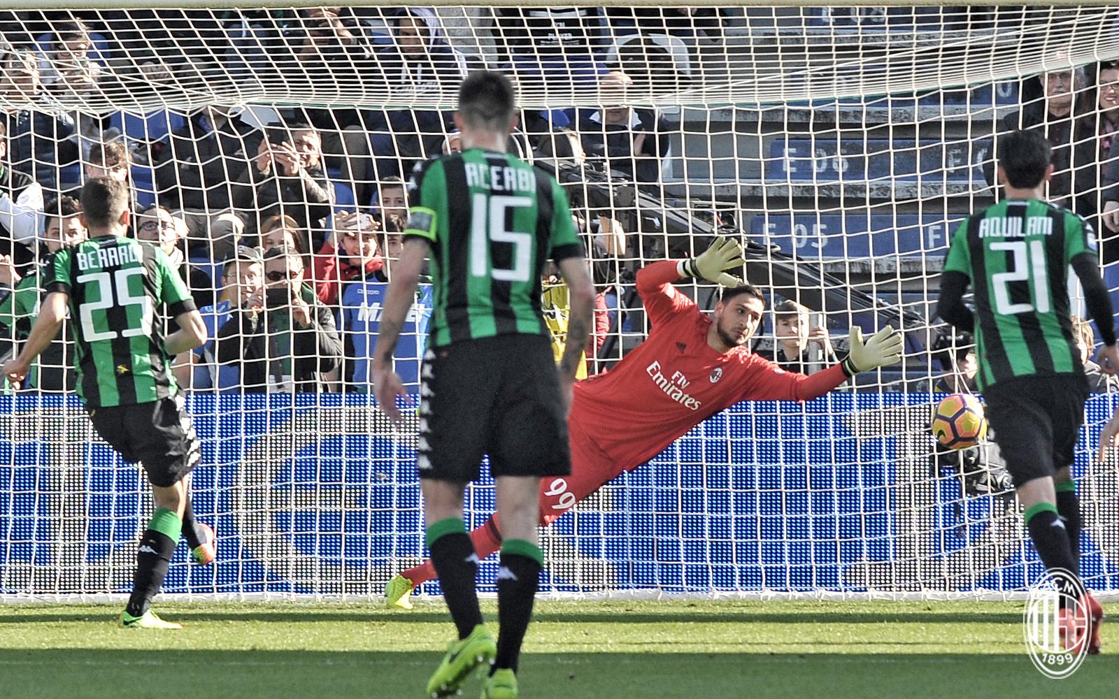 Berardi sbaglia il rigore durante Sassuolo-Milan