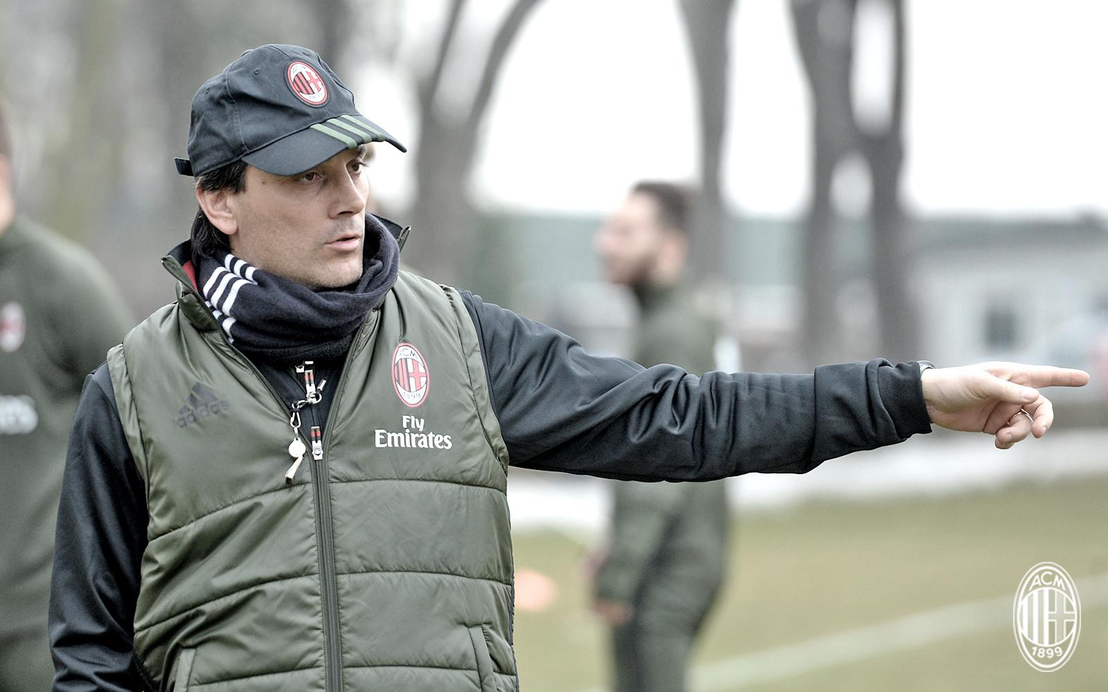 Vincenzo Montella mentre dirige l'allenamento a Milanello