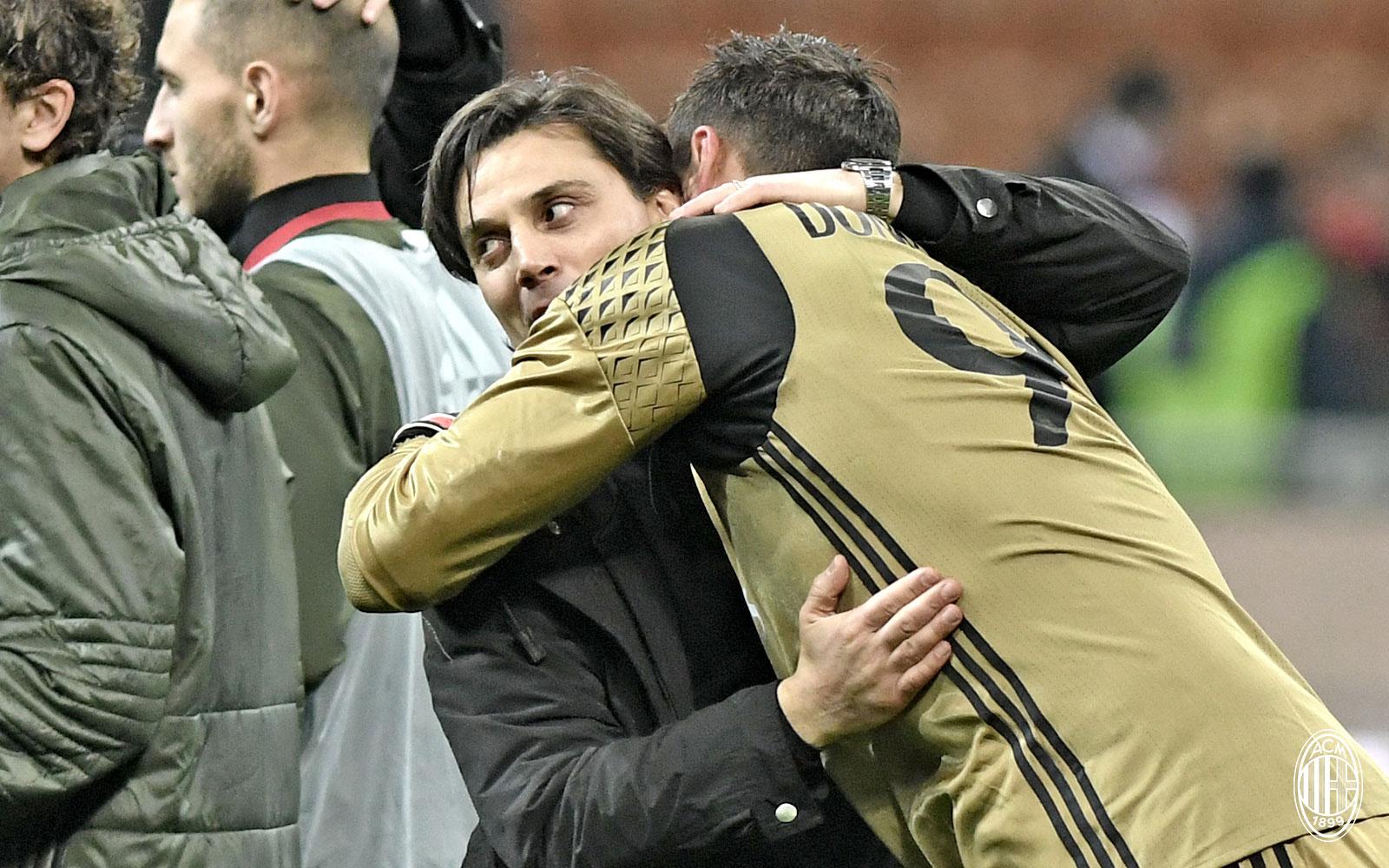 Montella e Donnarumma si abbracciano al termine di Milan-Chievo