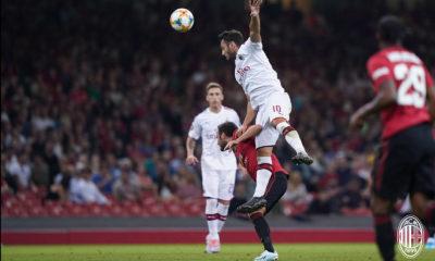 Hakan Calhanoglu in contrasto durante Manchester United-Milan. Fonte: acmilan.com