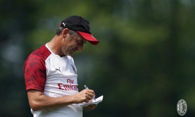 Marco Giampaolo prende appunti durante un allenamento a Milanello.